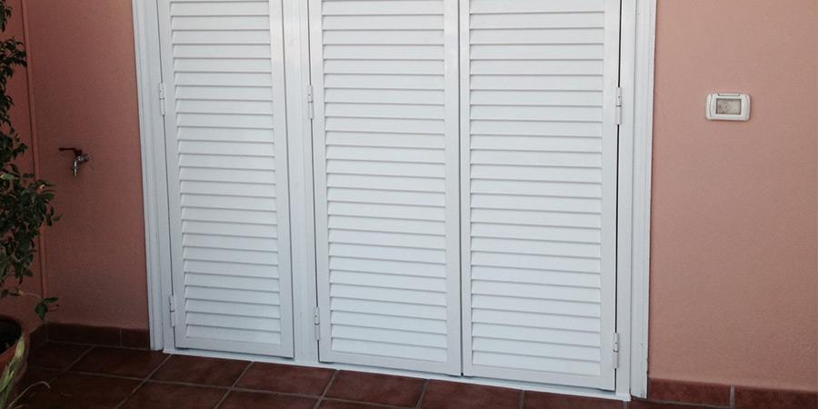 Puertas y ventanas venecianas cerrajer a adri n for Puertas venecianas